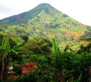 В районе Западной Явы, Индонезия, находится впечатляющий мегалитический объект Гунунг Паданг и, возможно, самый старый в мире. Предварительные исследования указывают, что весь холм когда-то был большой пирамидой.