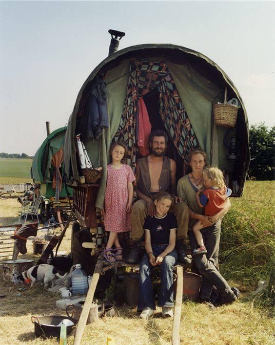 В 1986 году компания панков-анархистов, протестующих против политики властей, покинула пределы Лондона и начала по примеру цыган вести кочевой образ жизни. Со временем коммунна разрослась, трэвелеры обзавелись повозками, скарбом, единомышленниками и детьми. Свою культуру они построили на таких идеалах, как свобода, близость к природе и простота. /z3000.livejournal.com/