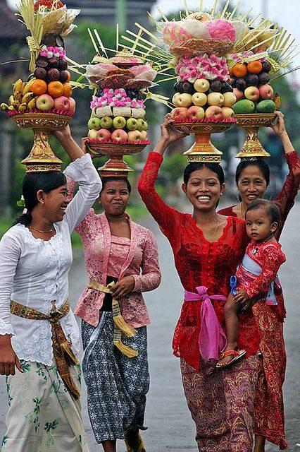 """Цыганские девушки, традиционно """"по-индийски"""" переносят пищу. /flickr.com/"""