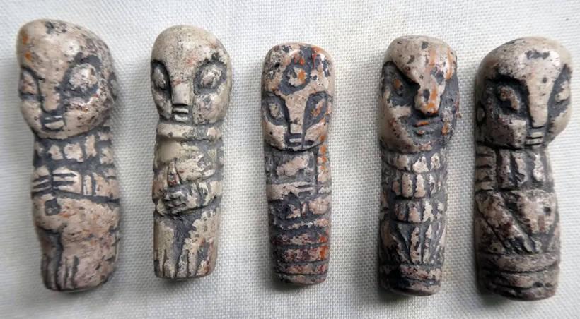 Каменные фигурки с миндалевидными глазами и тремя пальцами, найденные в Мексике