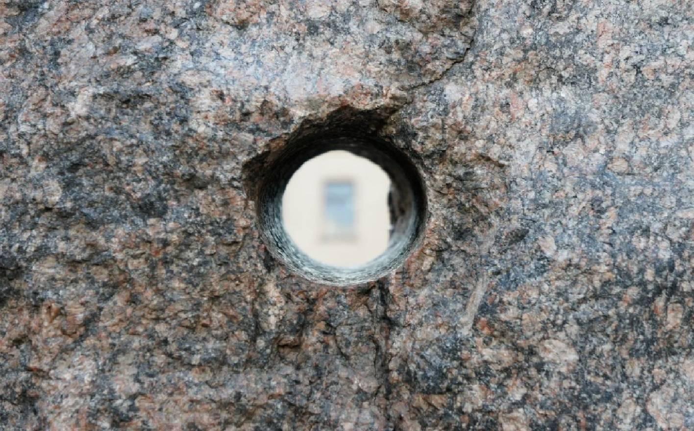 отверстия в древних камнях