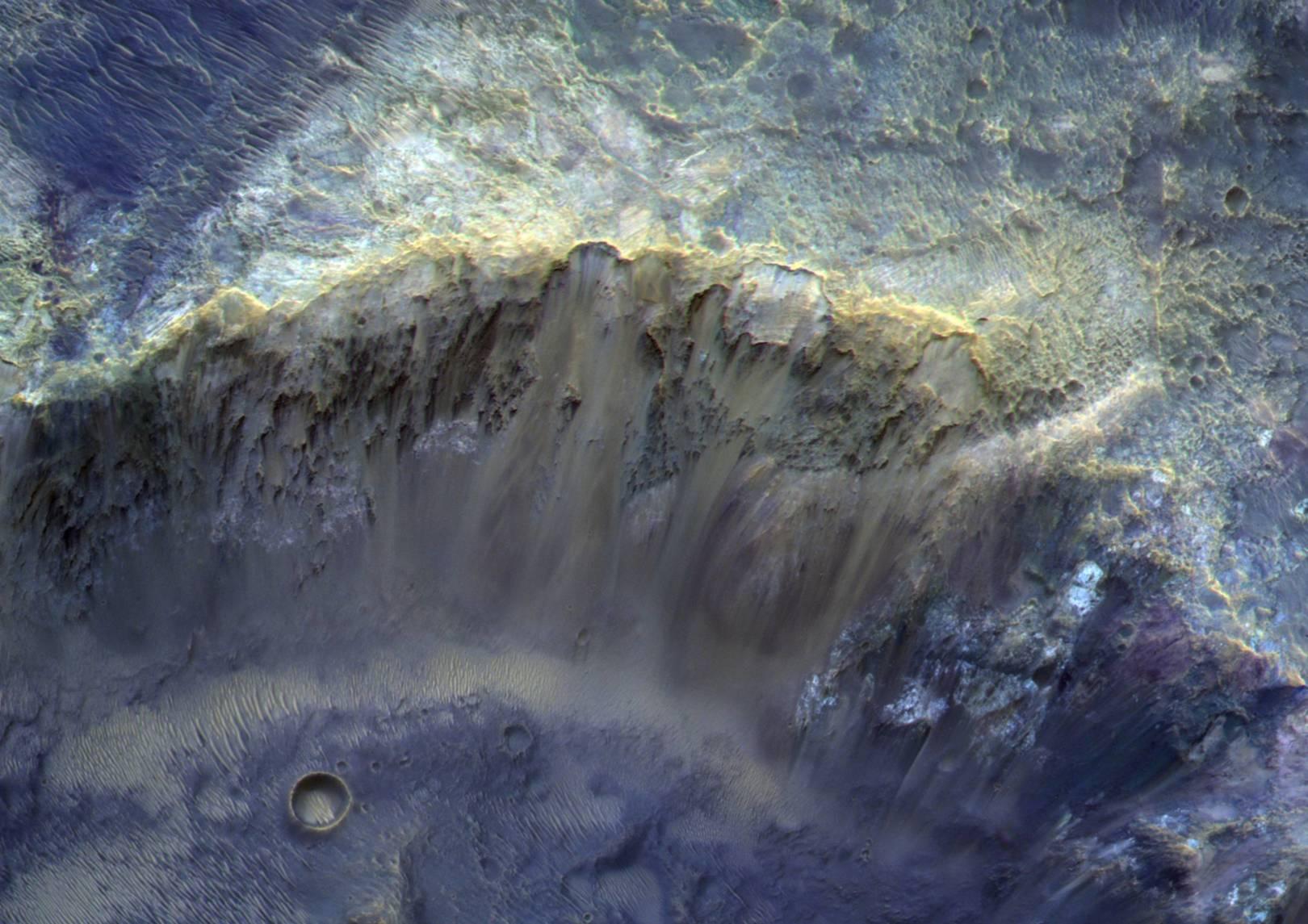 На краю марсианского кратера