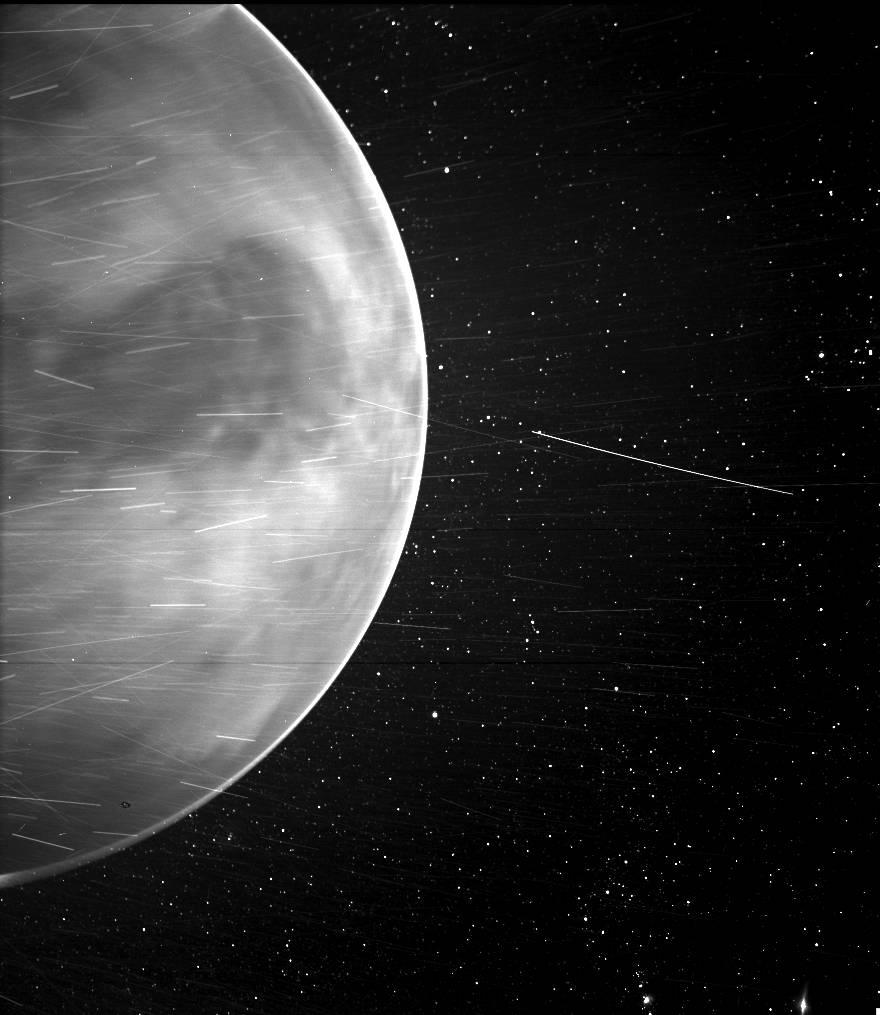 Пролетая мимо Венеры, Parker Solar Probe увидел то, чего не должен был
